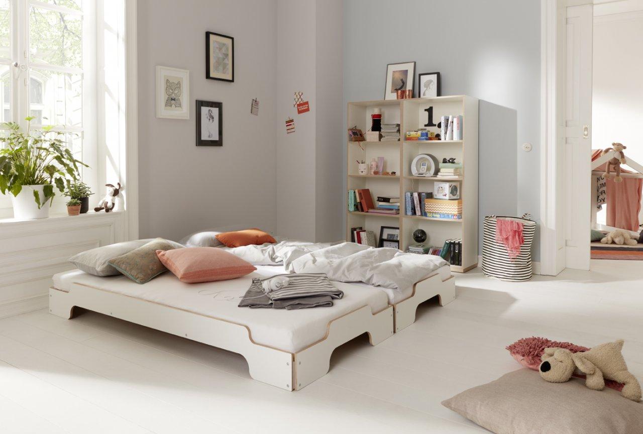 Stapeliege Klassik Weiß Birke - zwei Liegen als Doppelbett angeordnet mit Modular Regal im Hintergrund