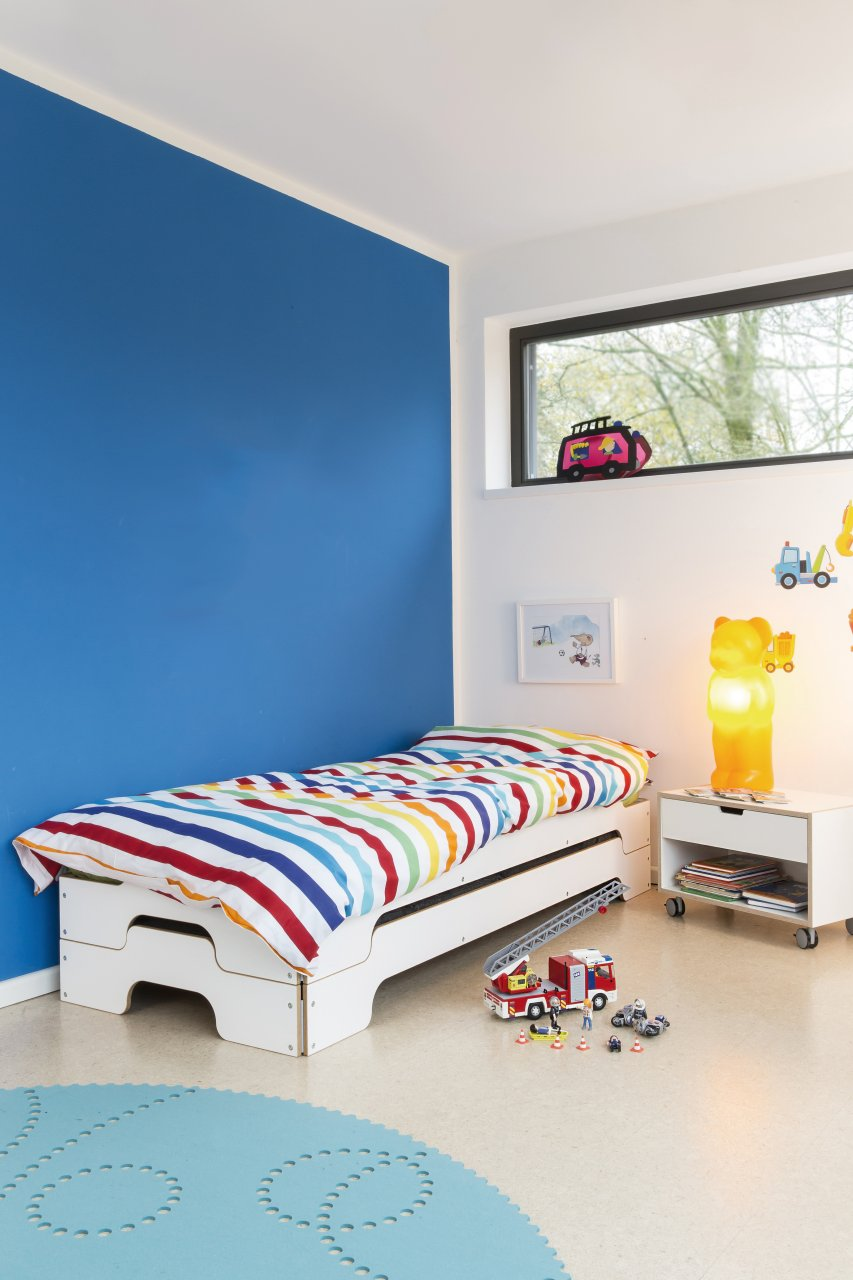Stapelliege Klassik weiß Birke im Kinderzimmer mit Modular Nachttisch und Spielzeug